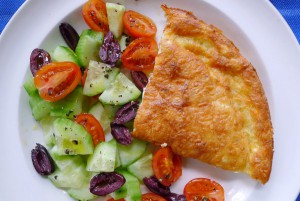 Hartige feta taart met Griekse salade