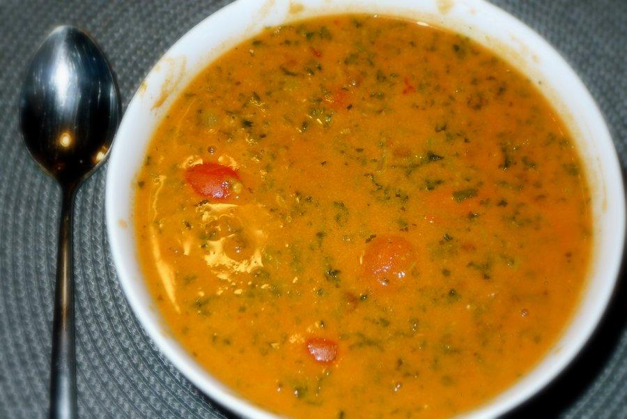 Tomatensoep met boerenkool en tahini