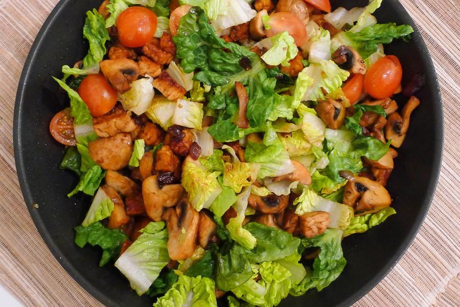 warme romaine salade met tempeh champignons en tomaten