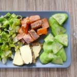 restjes lunch van romaine sla met zalm en komkommer