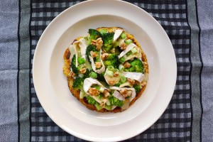 koolhydraatarme franse pizza met camembert broccoli en walnoten