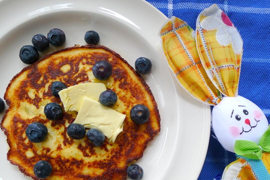 pannenkoekjes van hüttenkäse met boter en bosbessen voor het paasontbijt