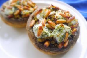 gevulde portobello champignons met geitenkaas en pijnboompitjes