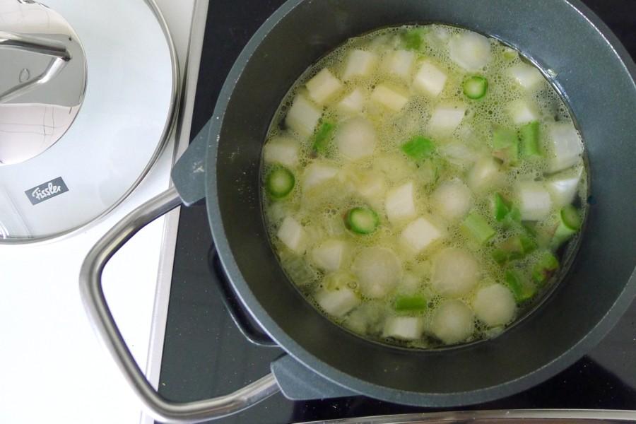 groene en witte asperges in de pan