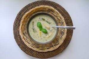 aspergesoep met lavendel van verse asperges met basilicum