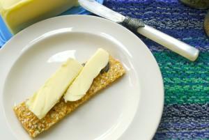 zelfgebakken koolhydraatarme crackers met boter