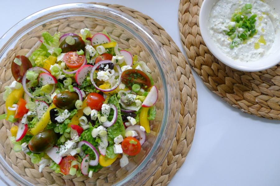 Griekse salade met feta anijs dressing con serveert