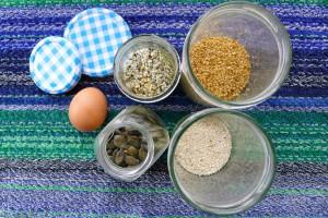 noten pitten en zaden en een ei voor koolhydraatarme crackers