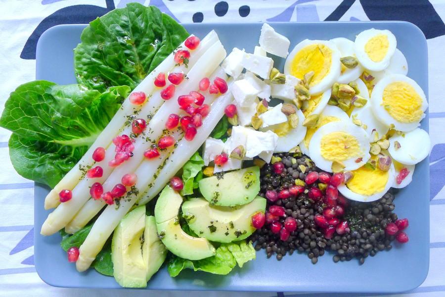 beluga linzen salade met asperges avocado en gekookt ei