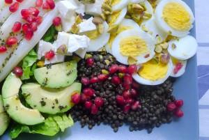 linzen salade met asperges ei en granaatappelpitjes