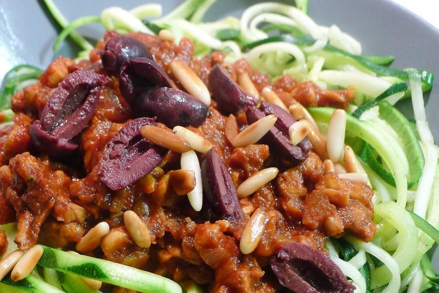 veganistische courgetti met saus van tempeh