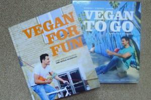 twee veganistische Duitse kookboeken van Attila Hiltmann