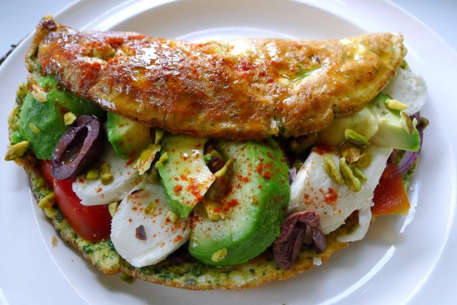 omelet California met avocado en mozzarella