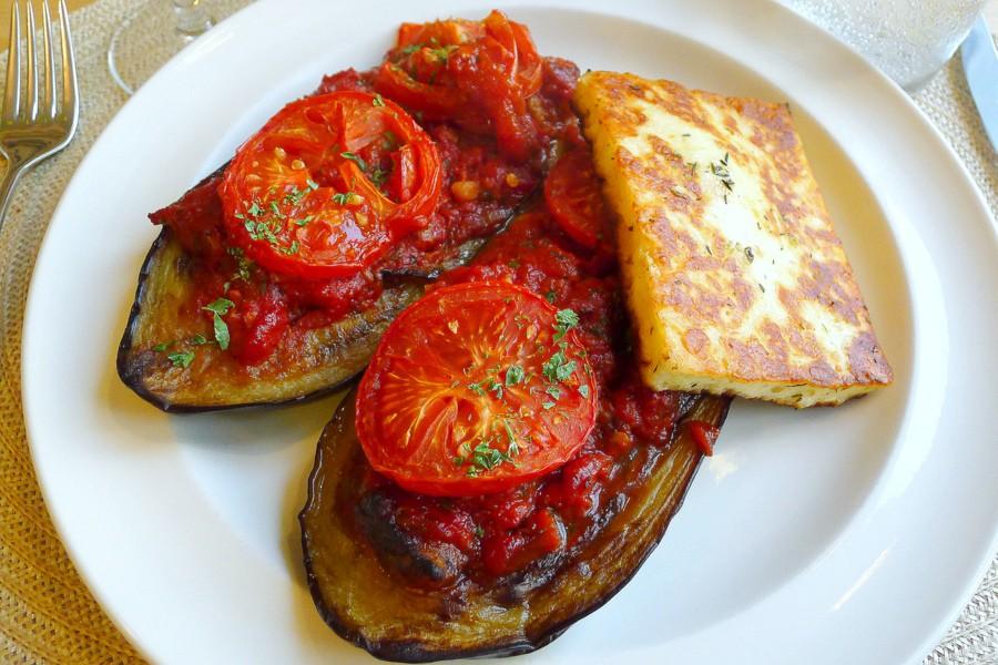 pittig gevulde aubergines met tomatensaus en grillkaas