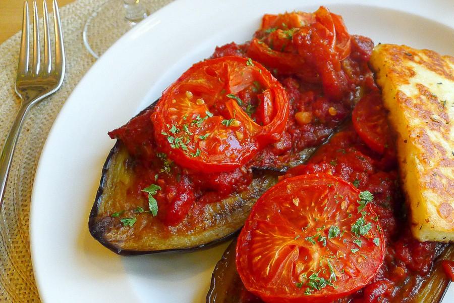 gevulde aubergines met tomatensaus