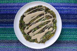 socca met spinazie en tahini dressing