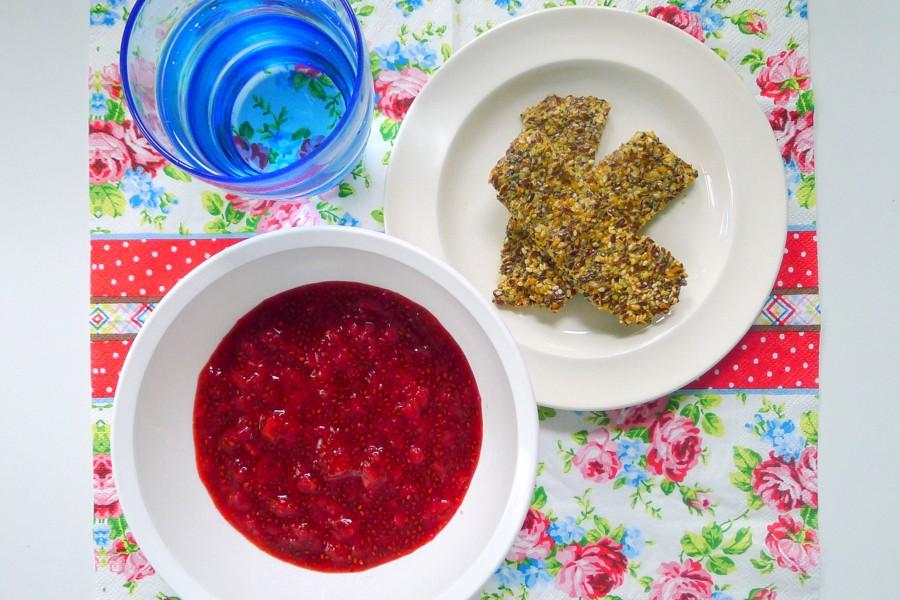 chia aardbeien jam met koolhydraatarme crackers