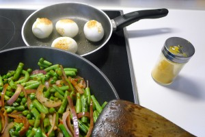indonesische eieren sperziebonen pan