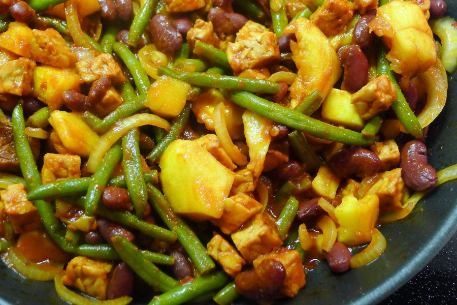 tempeh bonenschotel met sperziebonen en mango