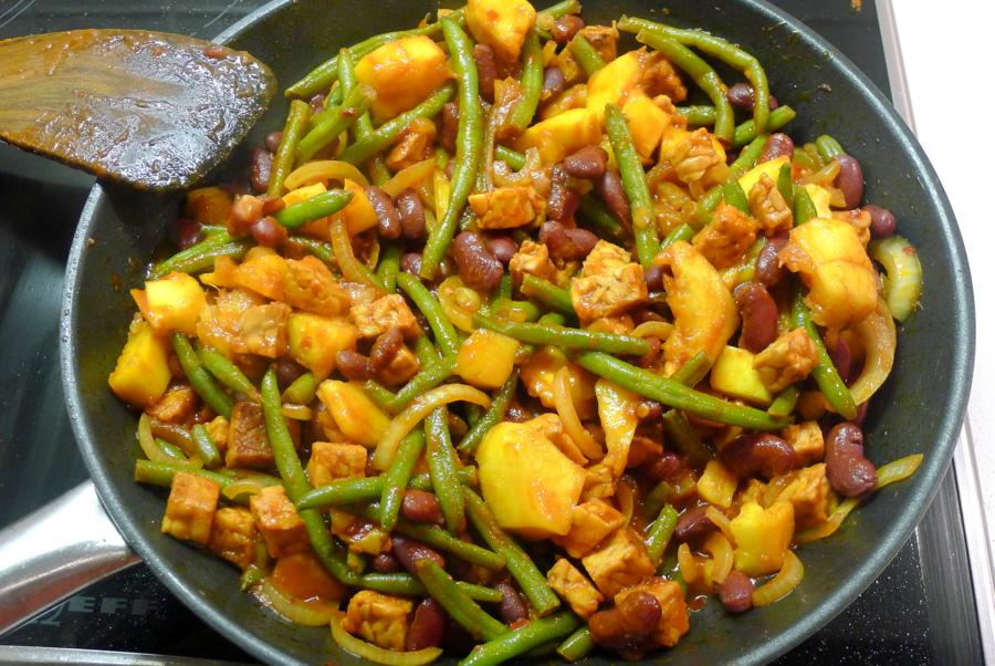 Indonesische tempeh roerbakschotel met kidneybonen sperziebonene tempeh en mango