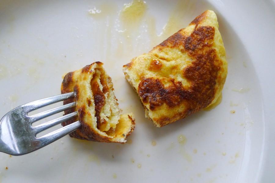 koolhydraatarme pannenkoek opgerold en met kaas belegd