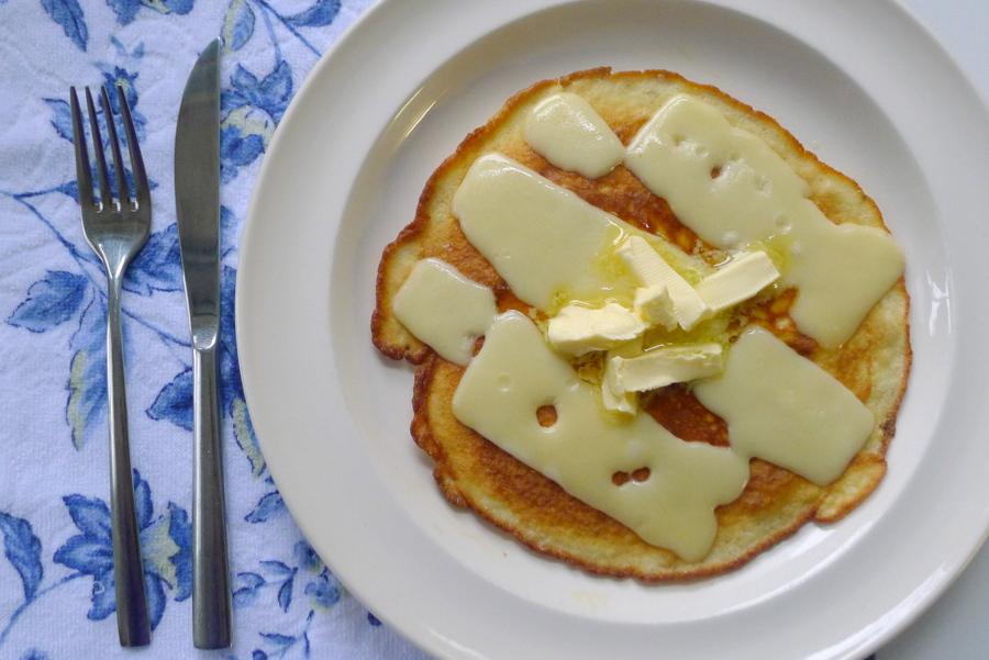 koolhydraatarme pannenkoek met roomkaas belegd met plakken kaas