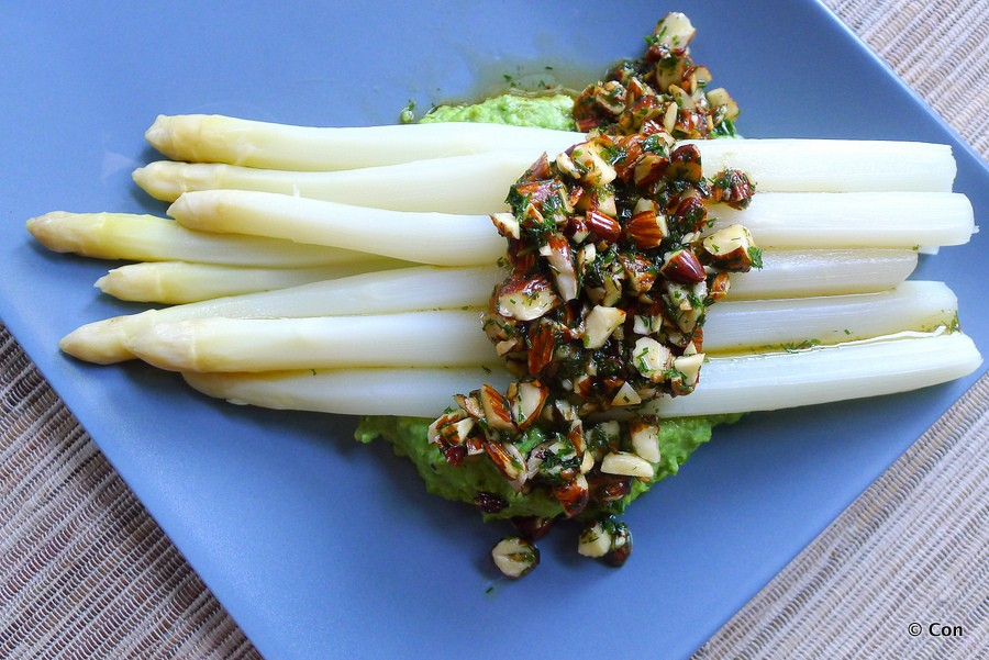 asperges erwtenpuree amandeldressing