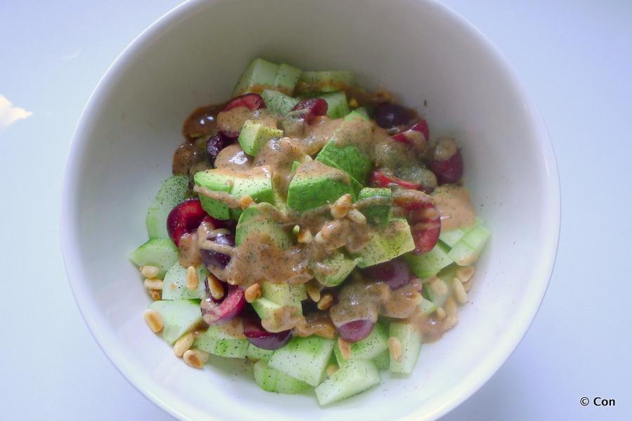 Komkommersalade met kersen en amandelcrème