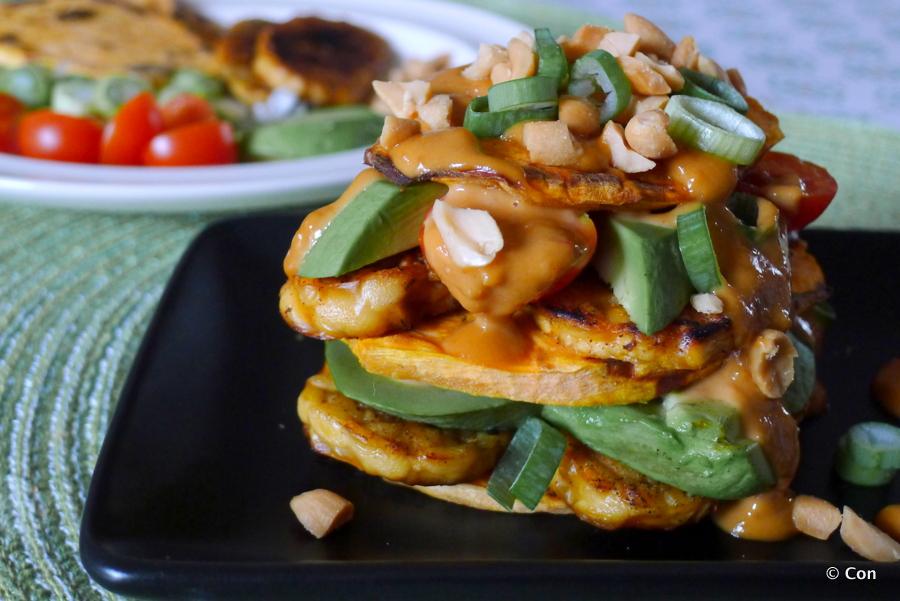 Zoete aardappel toast met tempeh en pindasaus
