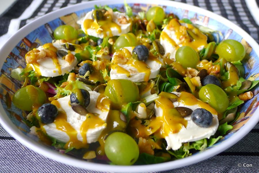 Salade met geitenkaas en kurkumadressing