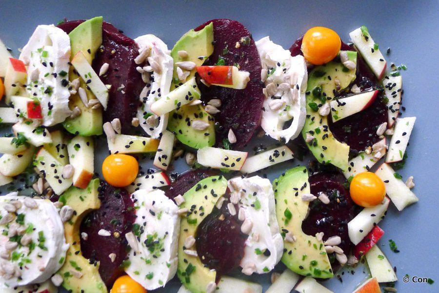 Koolhydraatarme bietensalade met avocado en geitenkaas
