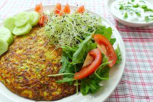 Courgette omelet met yoghurtsaus