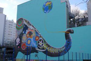 Streetart in Kreuzberg in Berlijn van een kleurrijke Indische olifant