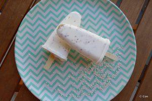 Kwark sesam ijs in de vorm van een ijslolly