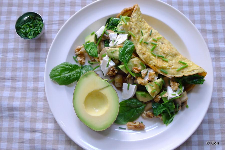 Omelet met spinazie, champignons en avocado