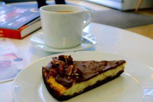 Koffie met koolhydraatarme taart bij Simply Keto in Berlijn