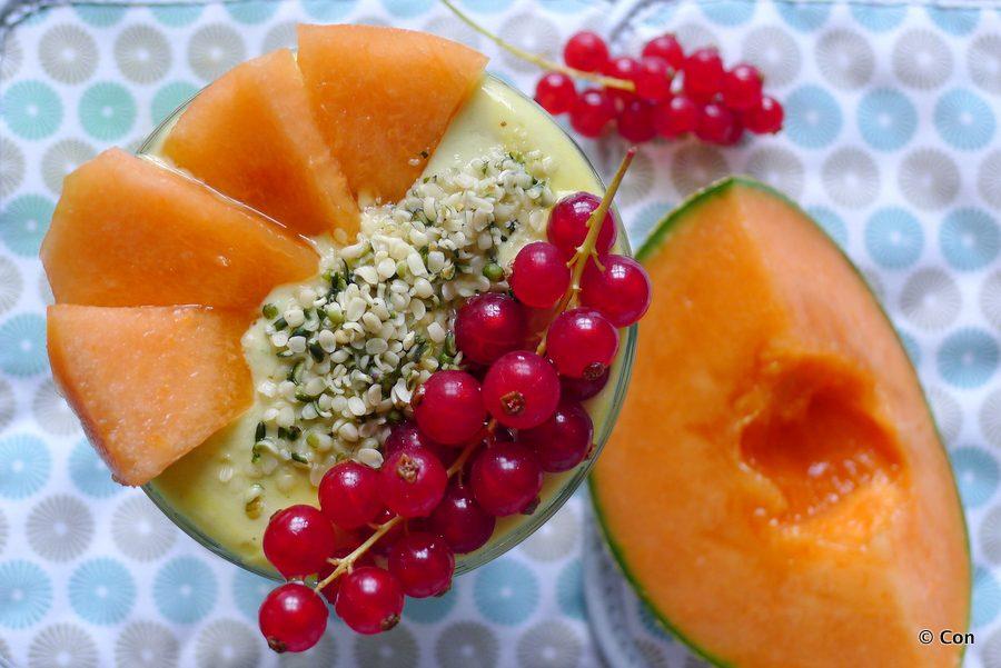 smoothie meloen avocado hennepzaad en rode bessen