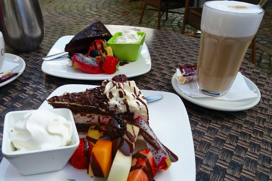 koffie met taart slagroom en fruit in Denemarken