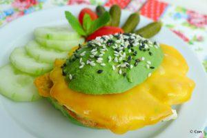 koolhydraatarme avocado burger met gebakken ei en cheddar