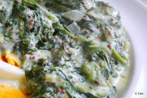 geroerbakte spinazie in mosterdsaus met gekookte eieren