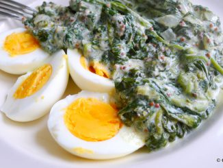 gekookte eieren met spinazie in mosterdsaus