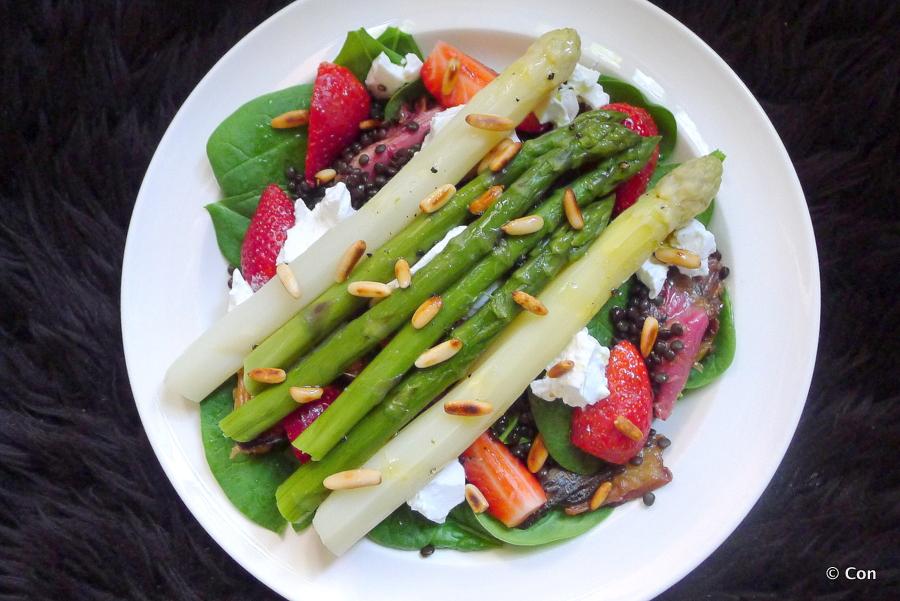 Asperge salade met rabarber en aardbeien