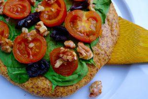 koolhydraatarme mini pizza met spinazie en tomaatjes