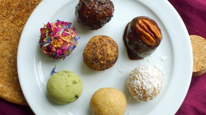 amandelspijs balletjes of bliss balls diverse toppings