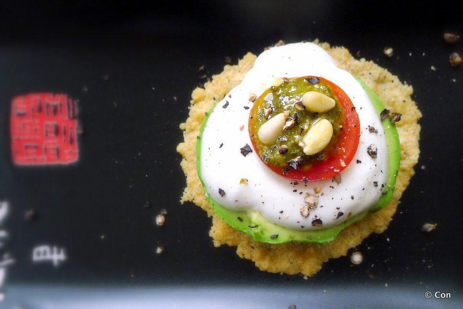 kaaskletskop met avocado zure room tomaat en pesto