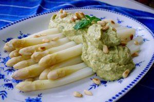 Asperges met avocado-basilicumsaus recept ~ minder koolhydraten, maximale smaak ~ www.con-serveert.nl