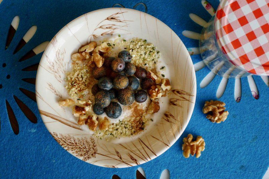 Yoghurt ontbijt met bosbessen en walnoten recept ~ minder koolhydraten, maximale smaak ~ www.con-serveert.nl