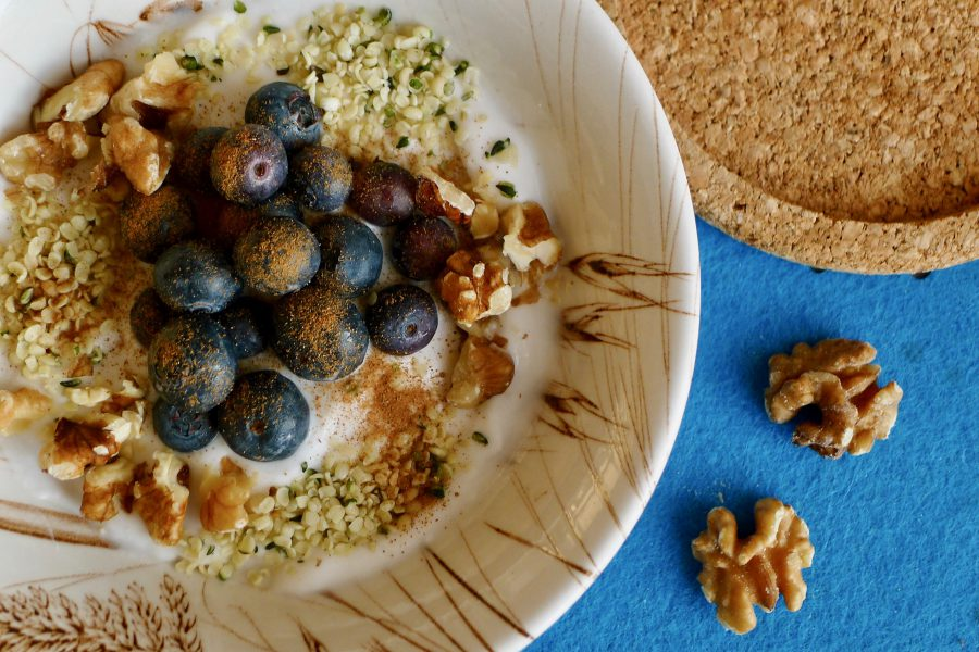 Yoghurt ontbijt met bosbessen en walnoten