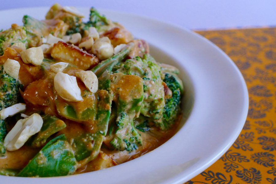 Cashew curry met broccoli en peultjes