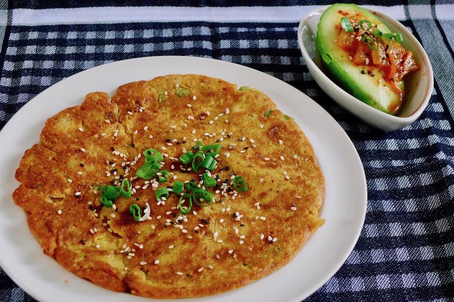 Kimchi pannenkoek met avocado (Kimchi jeon)